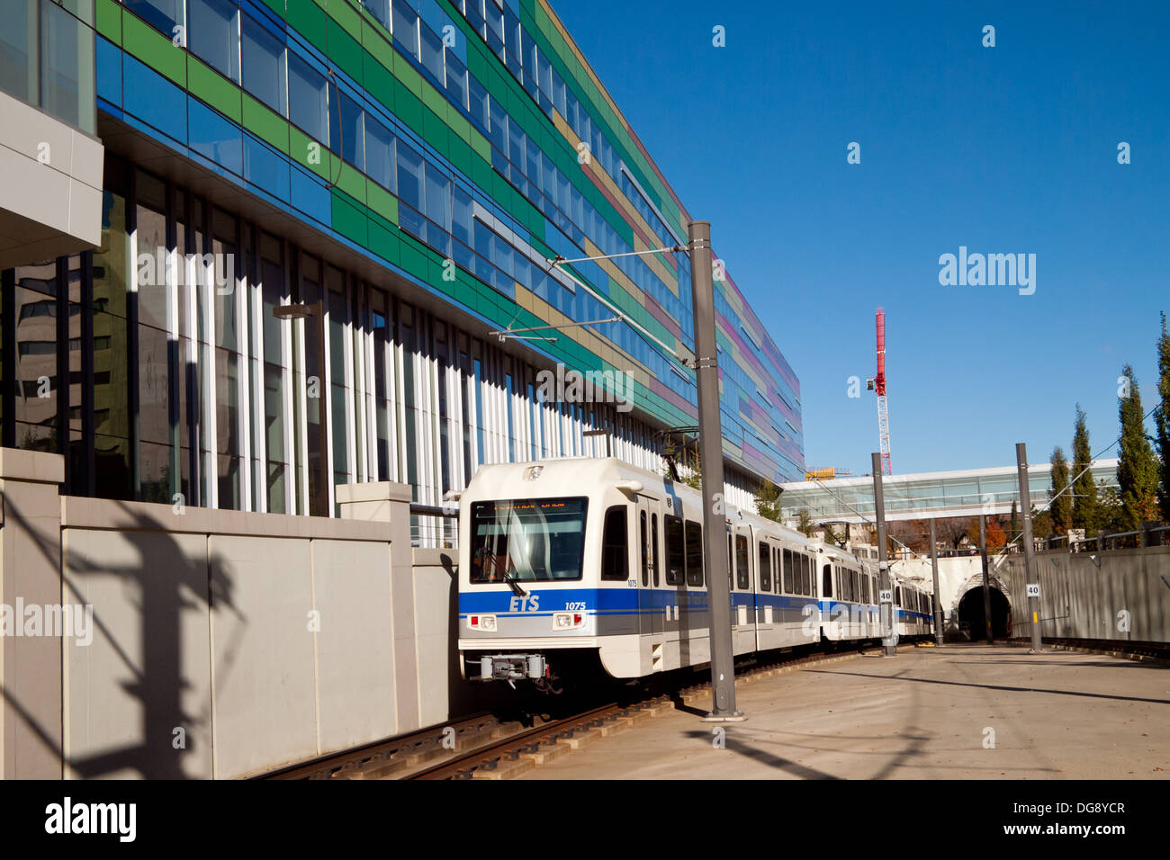 An Edmonton LRT train pulls into Health Sciences Station in front of the Edmonton Clinic Health Academy in Edmonton, Canada. - Stock Image