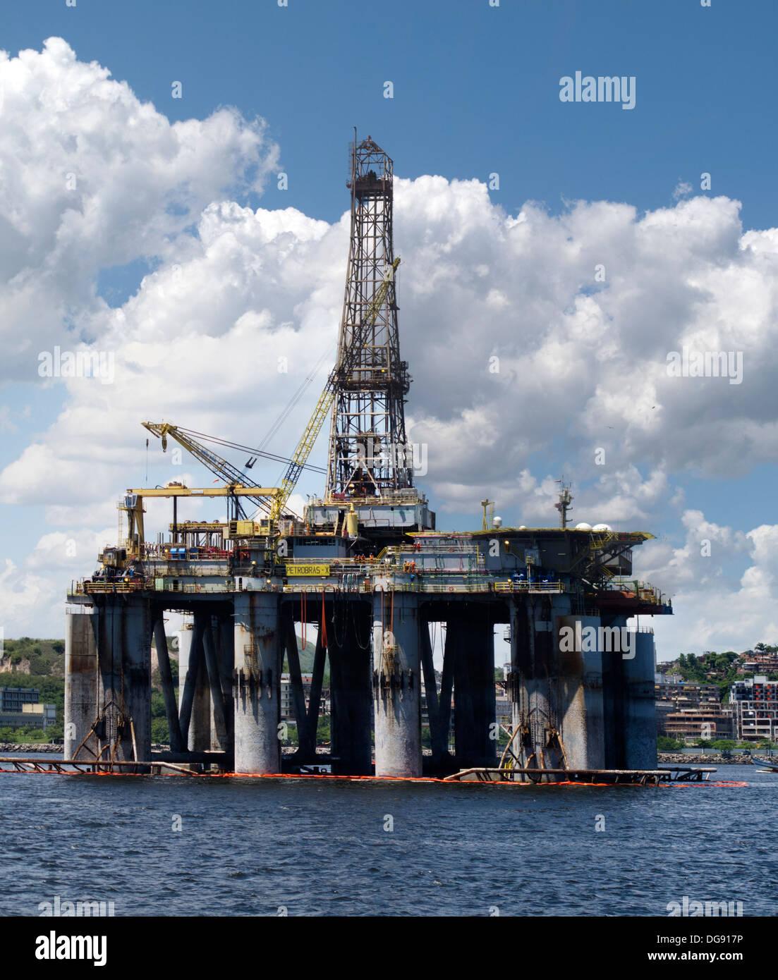 oil drilling rig anchored at Guanabar bay, Rio de Janeiro, Brazil - Stock Image
