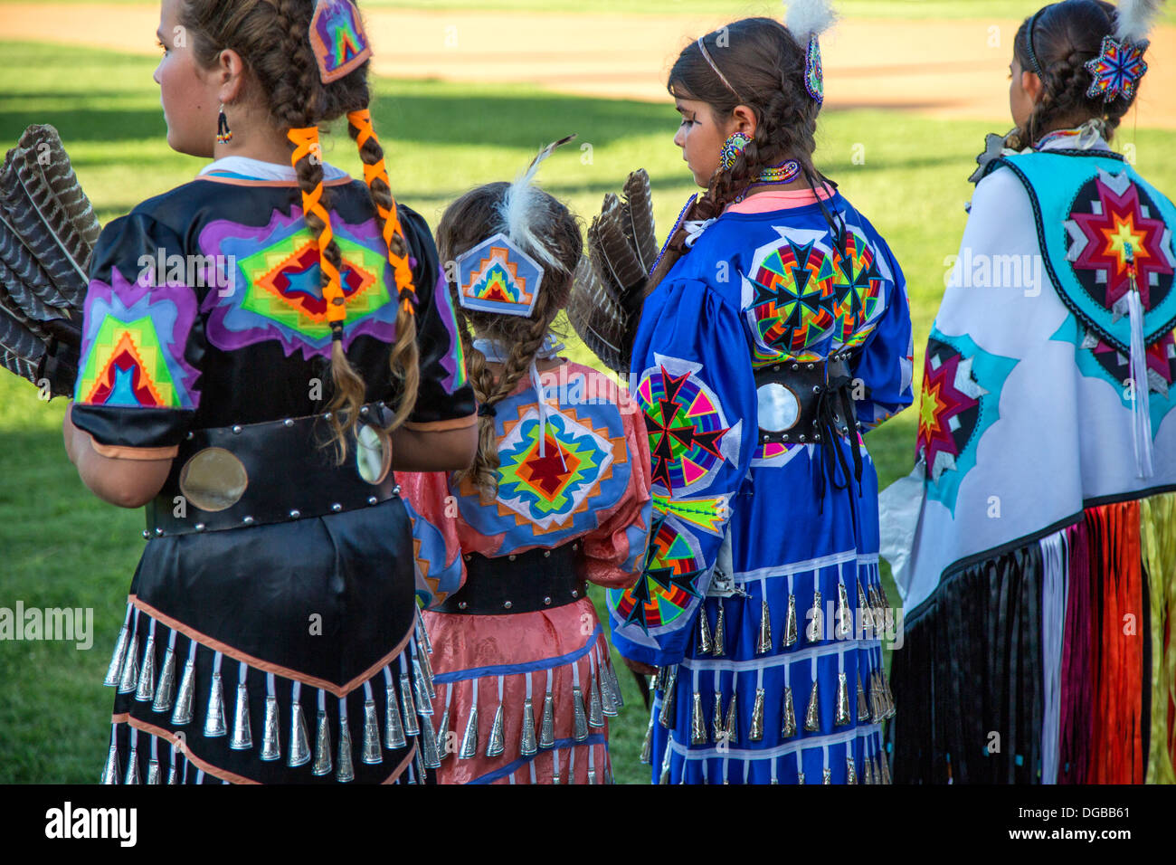 Young girls dressed in American Indian tribal clothing - Stock Image