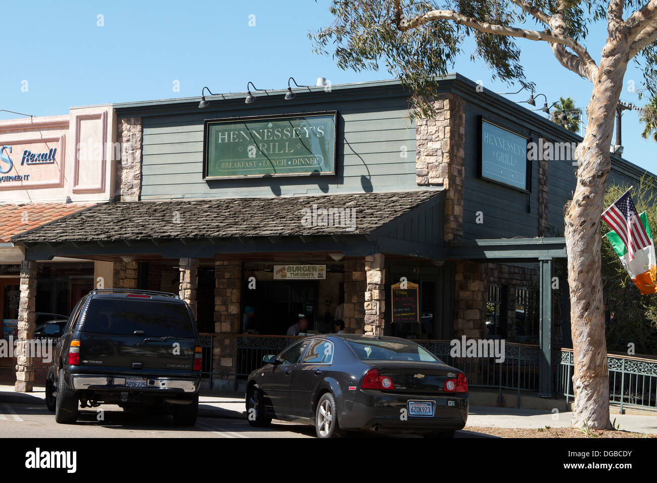 A street view of Hennessey's Grill, Main Street Seal Beach California. A part of HENNESSEY'S TAVERN,INC founded in 1976 by Paul - Stock Image