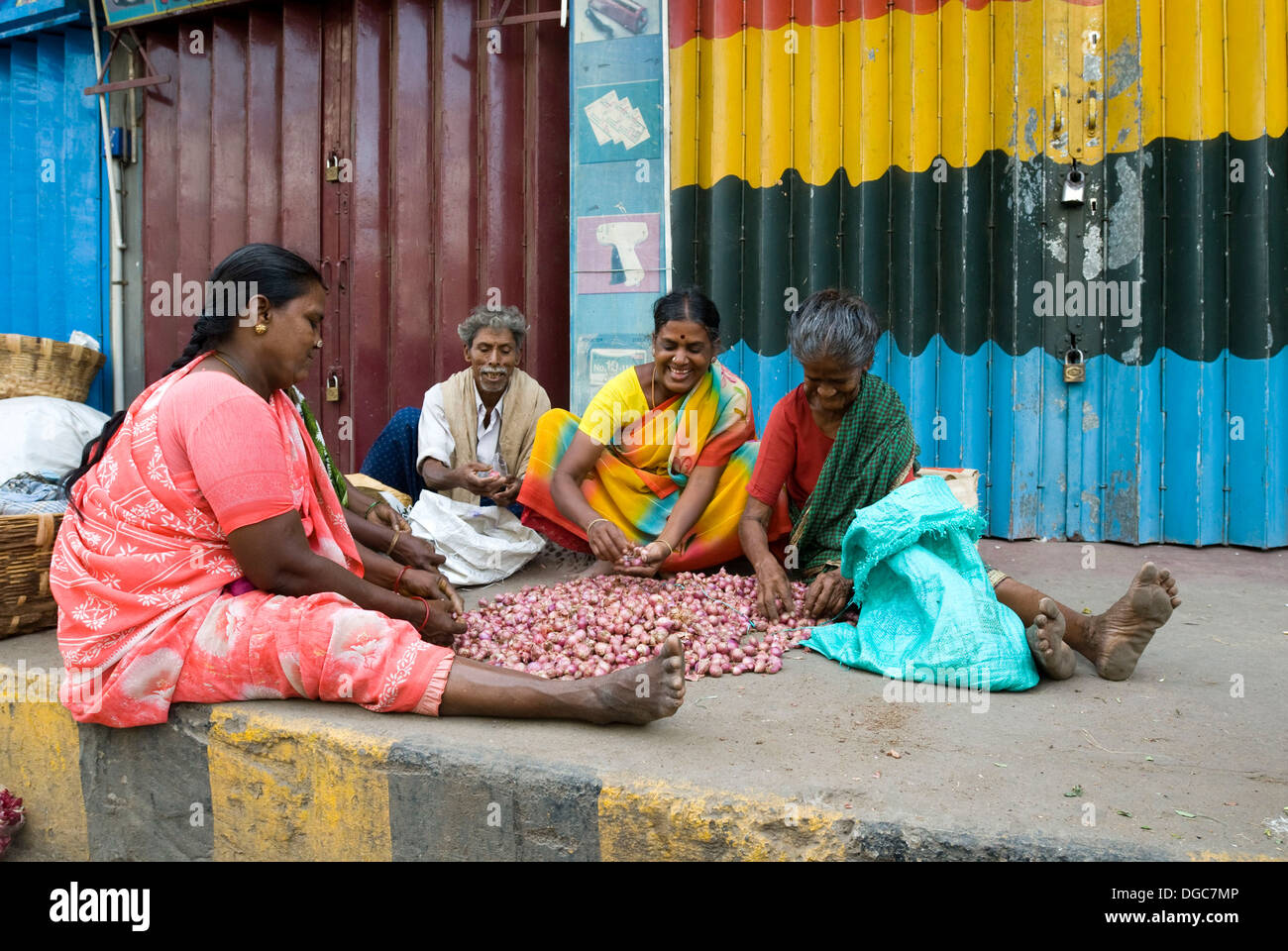 Grading the onion in the early morning hours on the platform at Madurai, Tamil Nadu - Stock Image