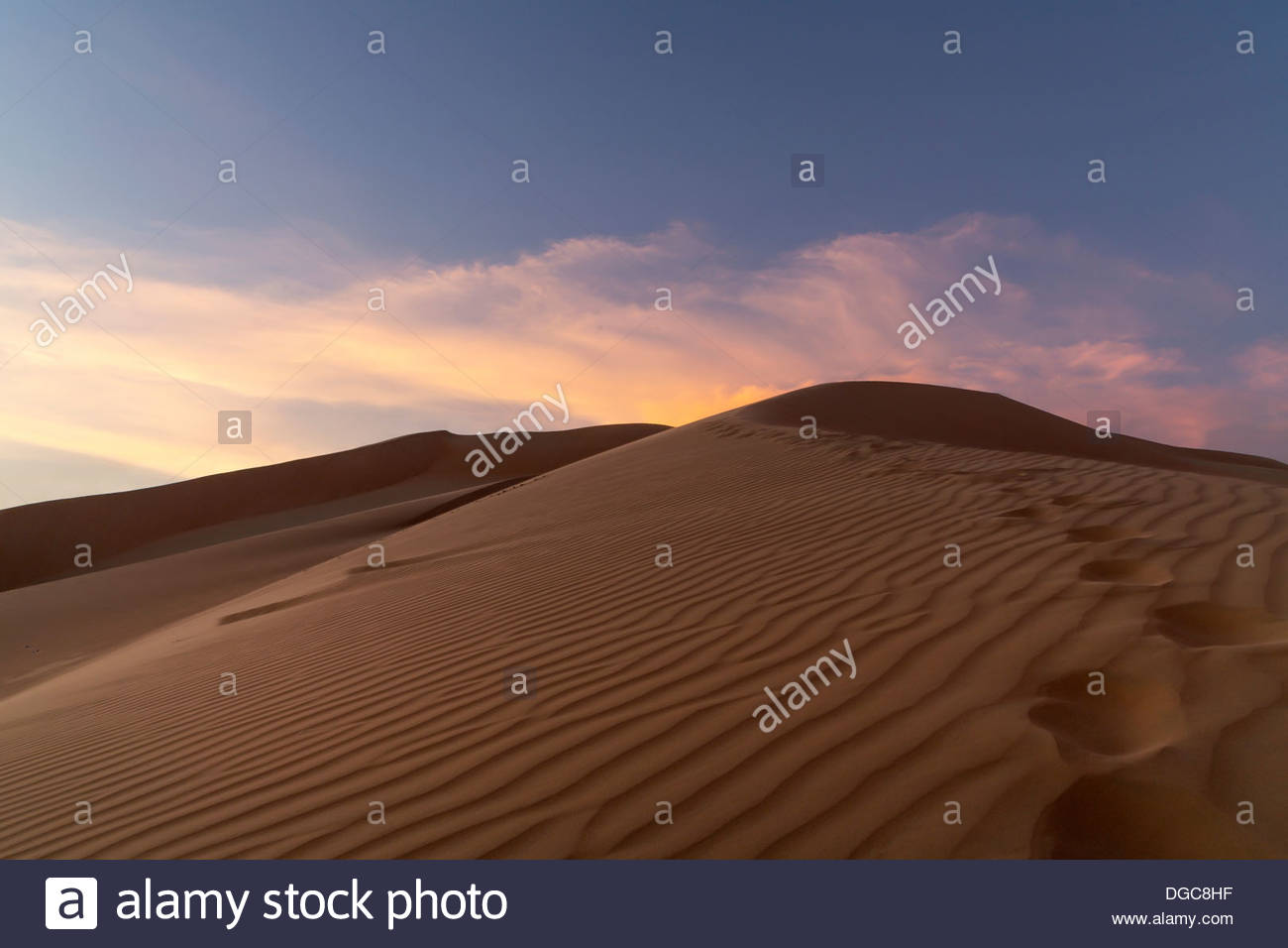 Sand dunes in desert at sunset, Adu Dhabi, United Arab Emirates - Stock Image