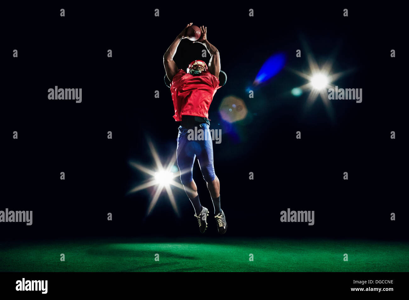 American football player catching ball - Stock Image