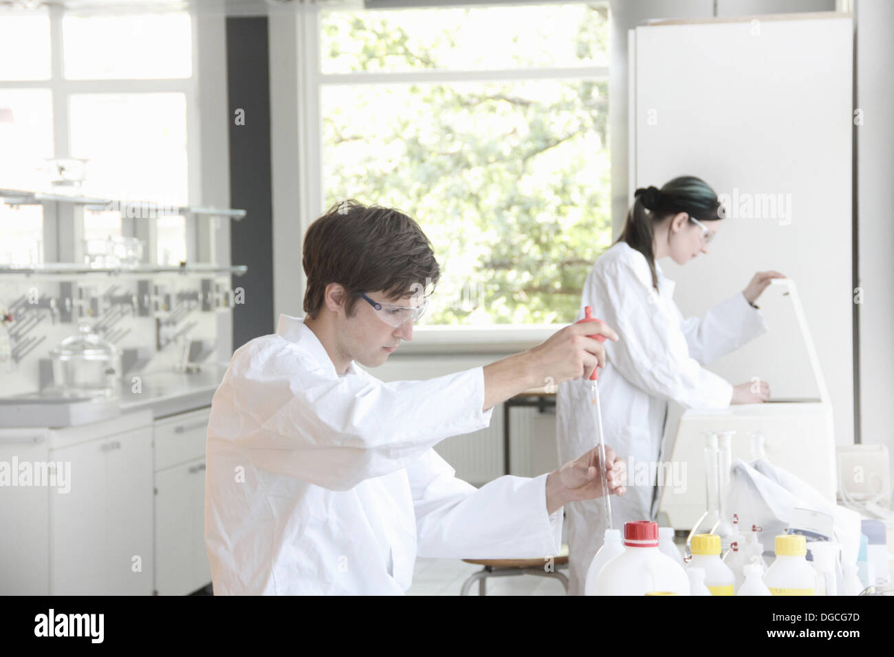 Chemistry students at work in lab - Stock Image