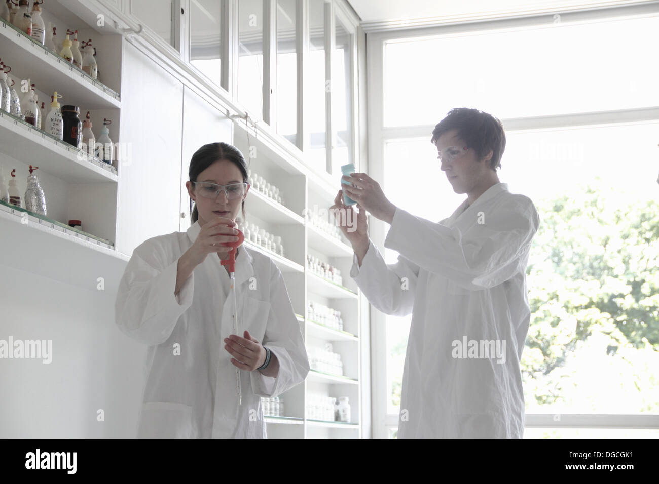 Chemistry students in lab - Stock Image