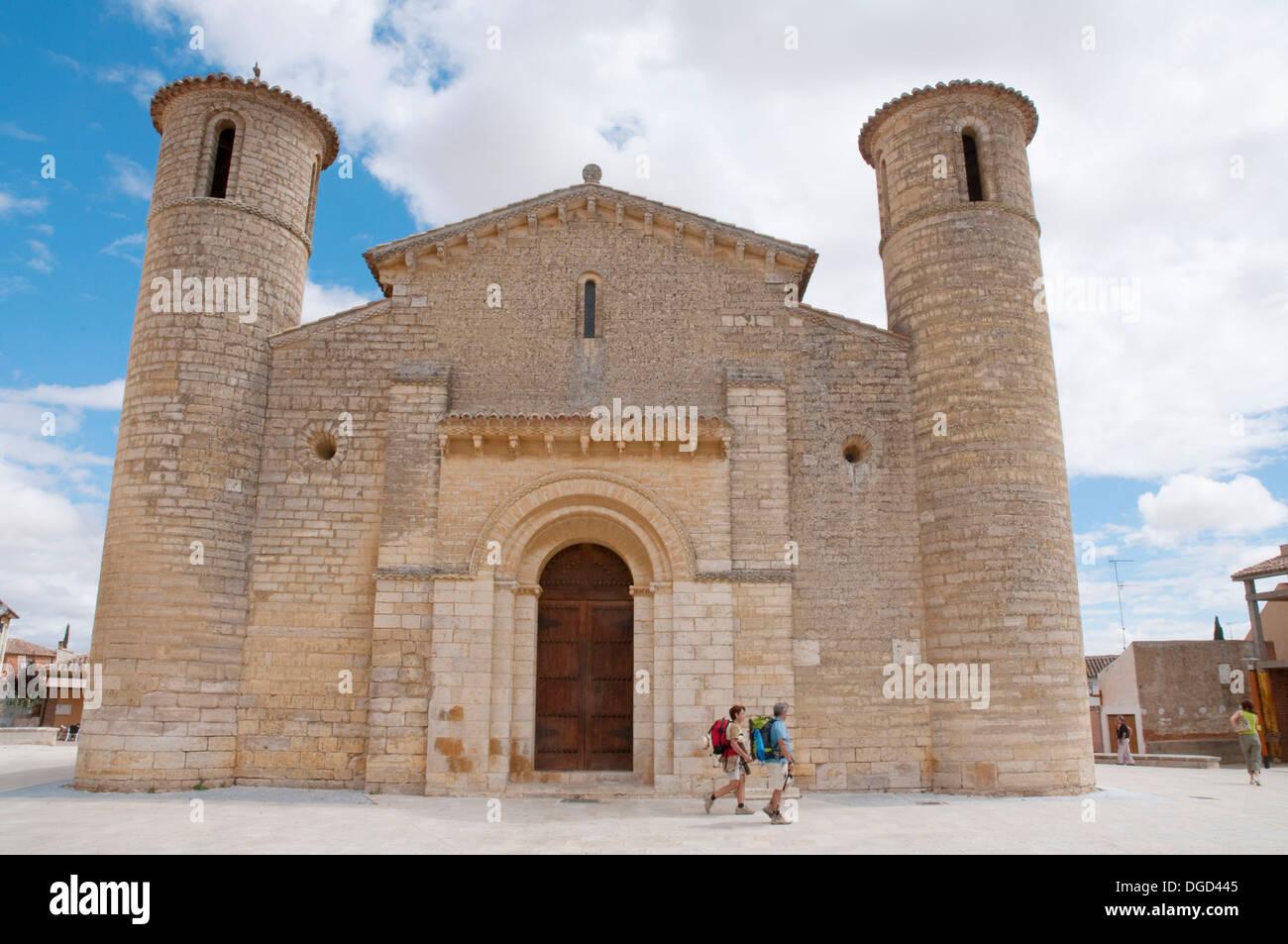 Facade of San Martín church and two pilgrims. Frómista, Palencia province, Castilla León, Spain. Stock Photo