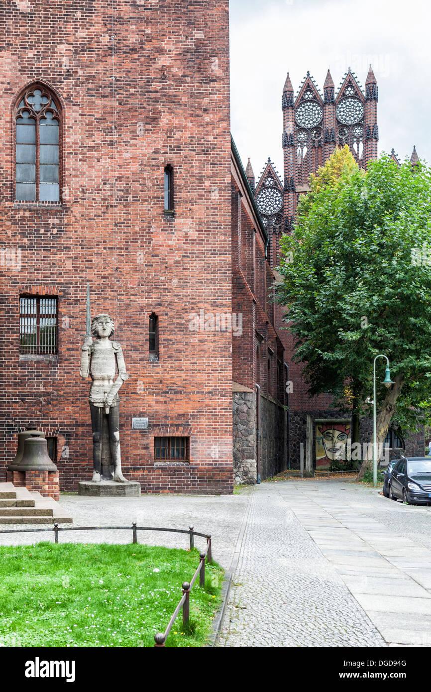 Sandstone statue of Roland of Brandenburg at the entrance of red brick Gothic-style Mårkisches Museum, Kollnischen Park, Berlin - Stock Image
