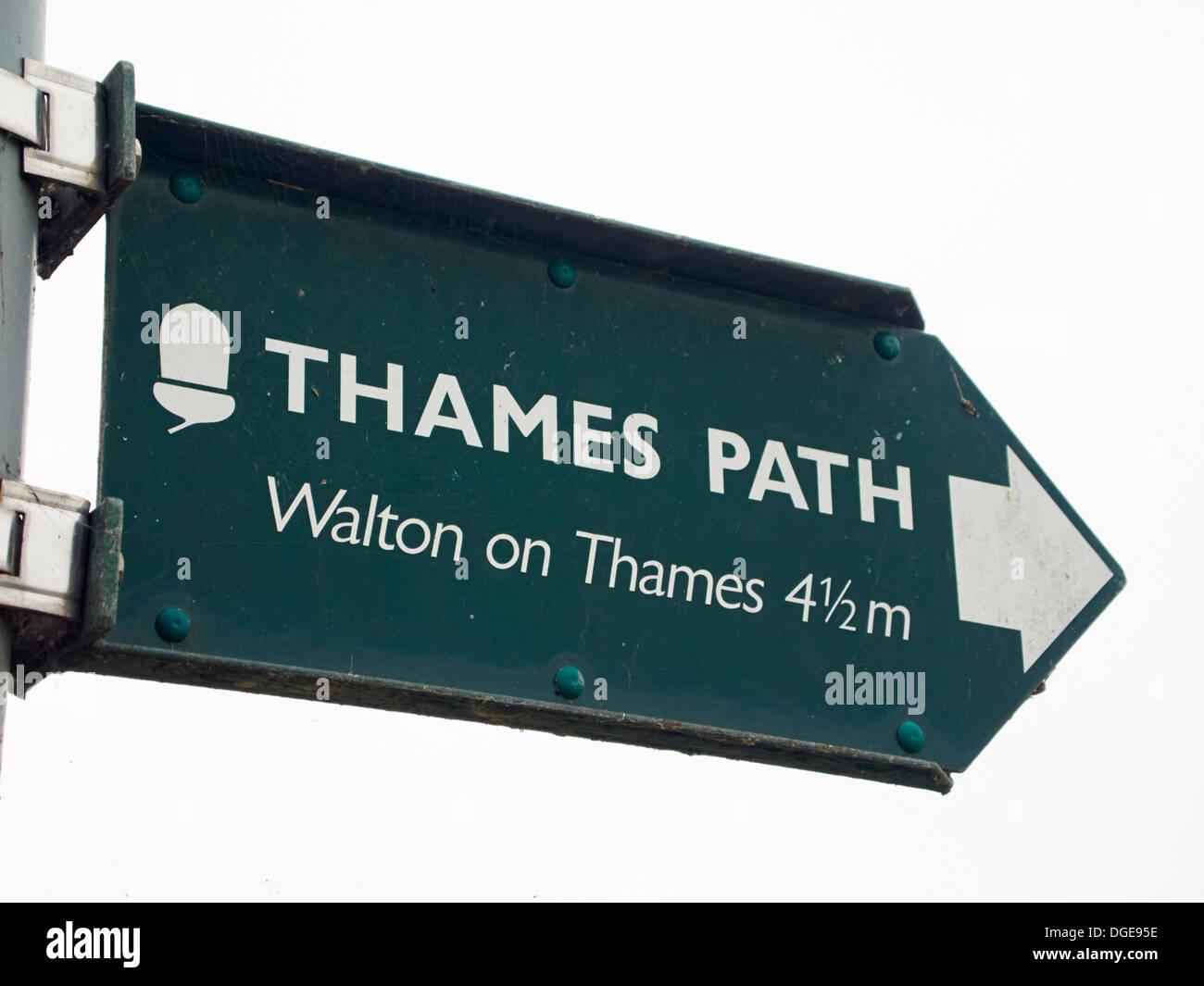 Thames Path sign, Walton on Thames 4 1/2 miles - Stock Image