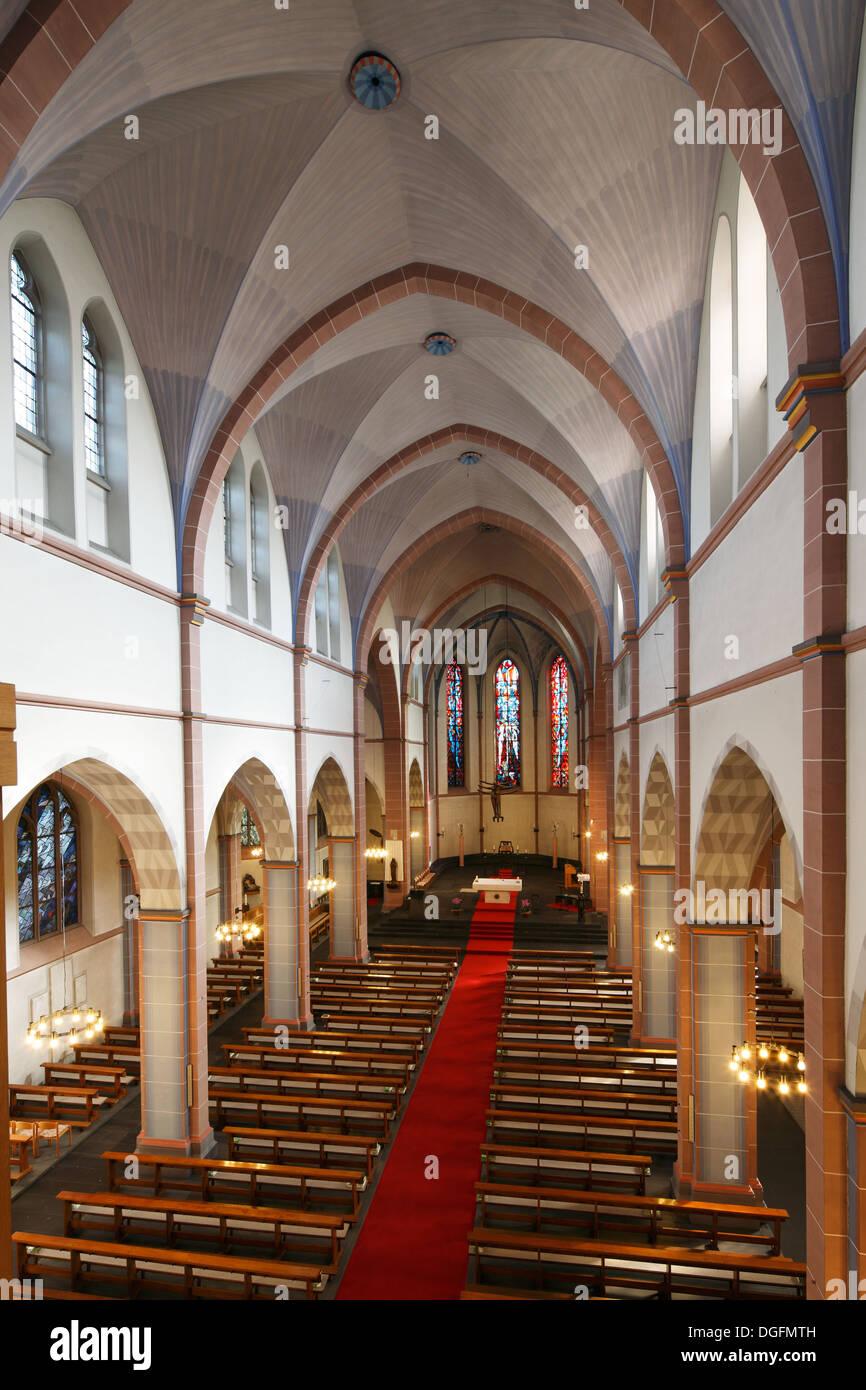 Innenaufnahme von Langhaus und Chorraum, Katholische Pfarrkirche Sankt Marien in Oberhausen, Ruhrgebiet, Nordrhein-Westfalen - Stock Image