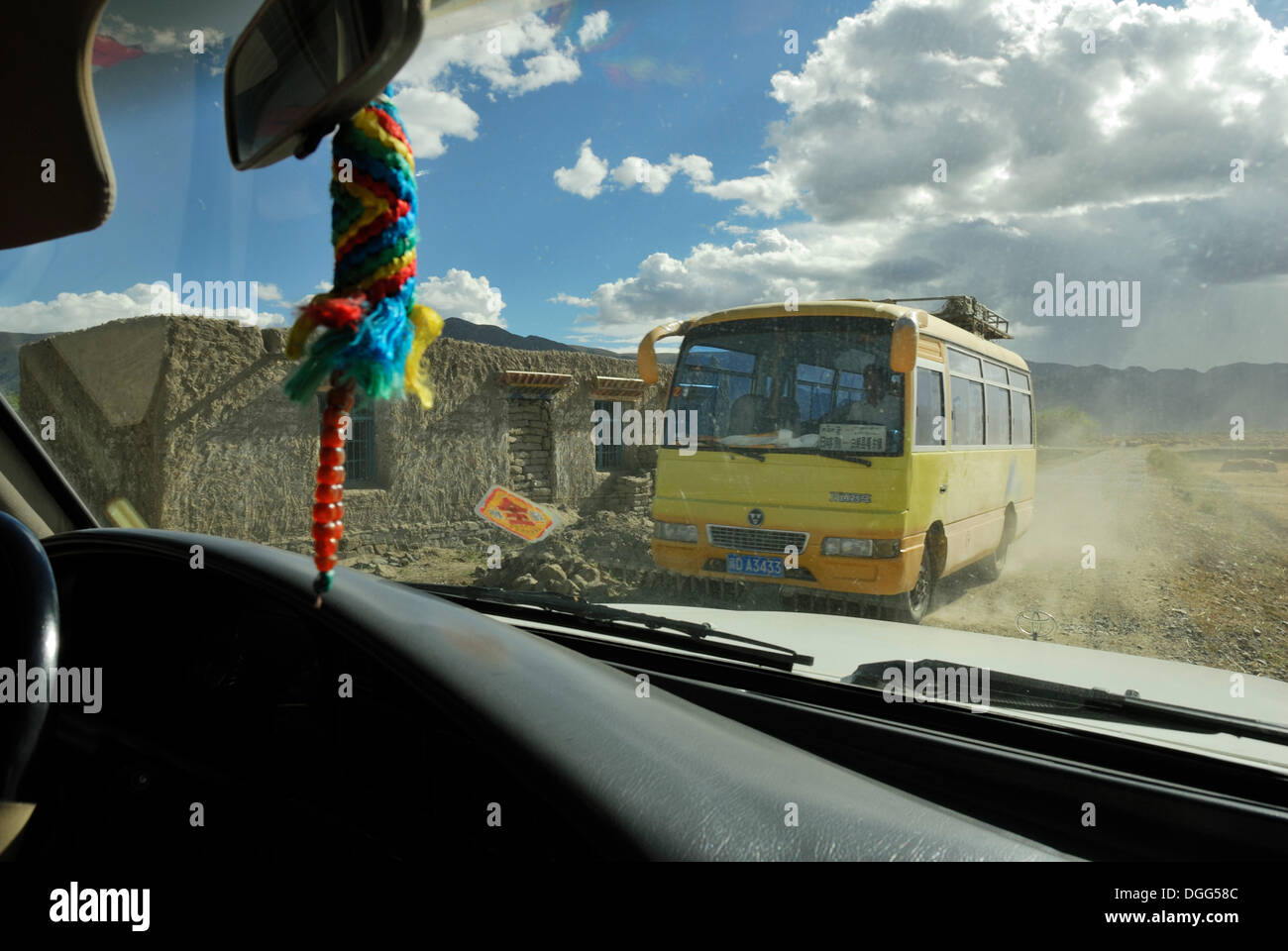 View from the jeep, road between Gyantse and Trakduka, Gyangze, Tibet, China, Asia - Stock Image