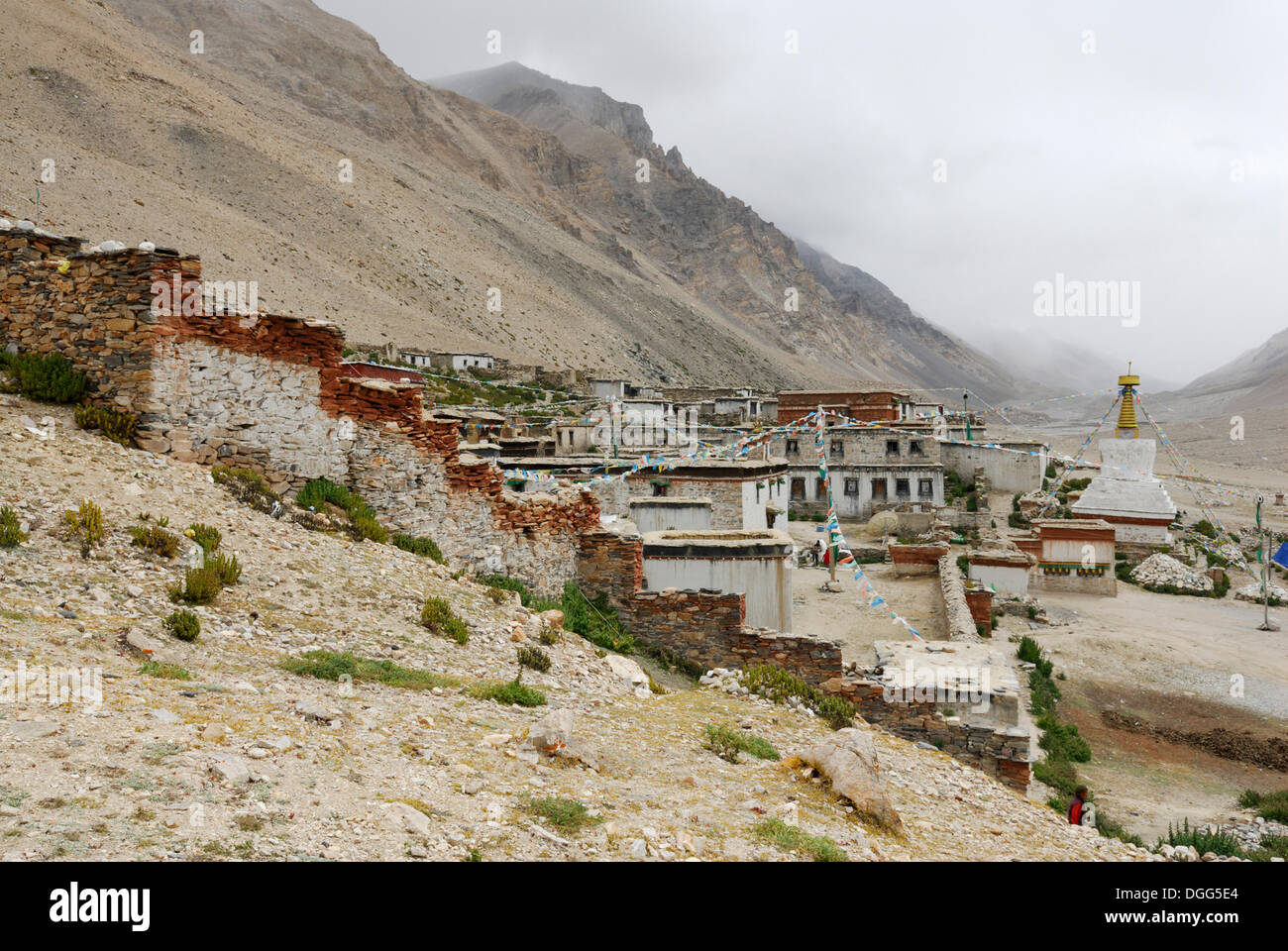 Rongbuk monastery and white stupa in front of the cloudy Mt. Everest, Tibet, China, Asia - Stock Image