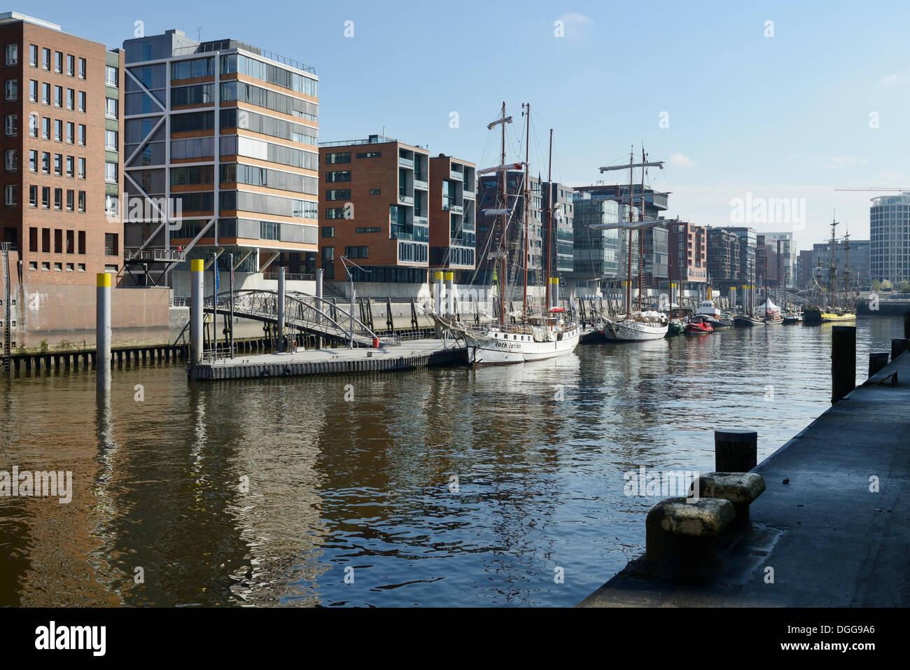 Historic sailing vessels in the historic harbor, modern residential and office buildings, Sandtorhafen, Sandtorkai and Kaiserkai - Stock Image