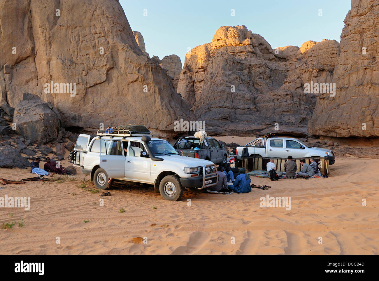 Camp in the rocky desert landscape at El Ghessour, Tassili du Hoggar, Wilaya Tamanrasset, Algeria, Sahara, North Africa - Stock Image