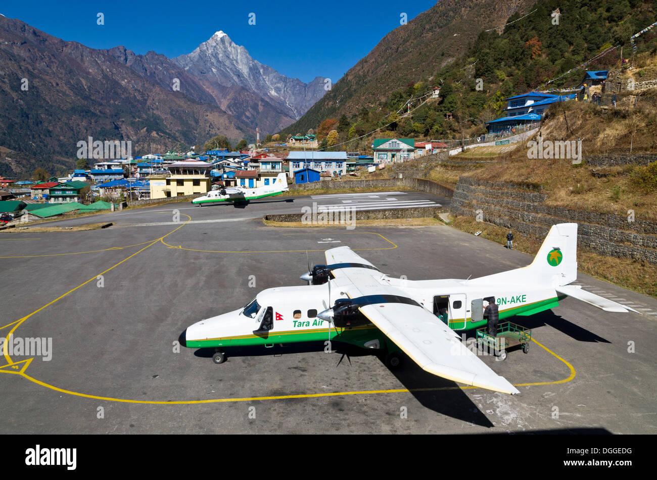 Aeroplane getting ready to depart at Lukla Airport, Lukla, Solukhumbu District, Sagarmāthā Zone, Nepal - Stock Image