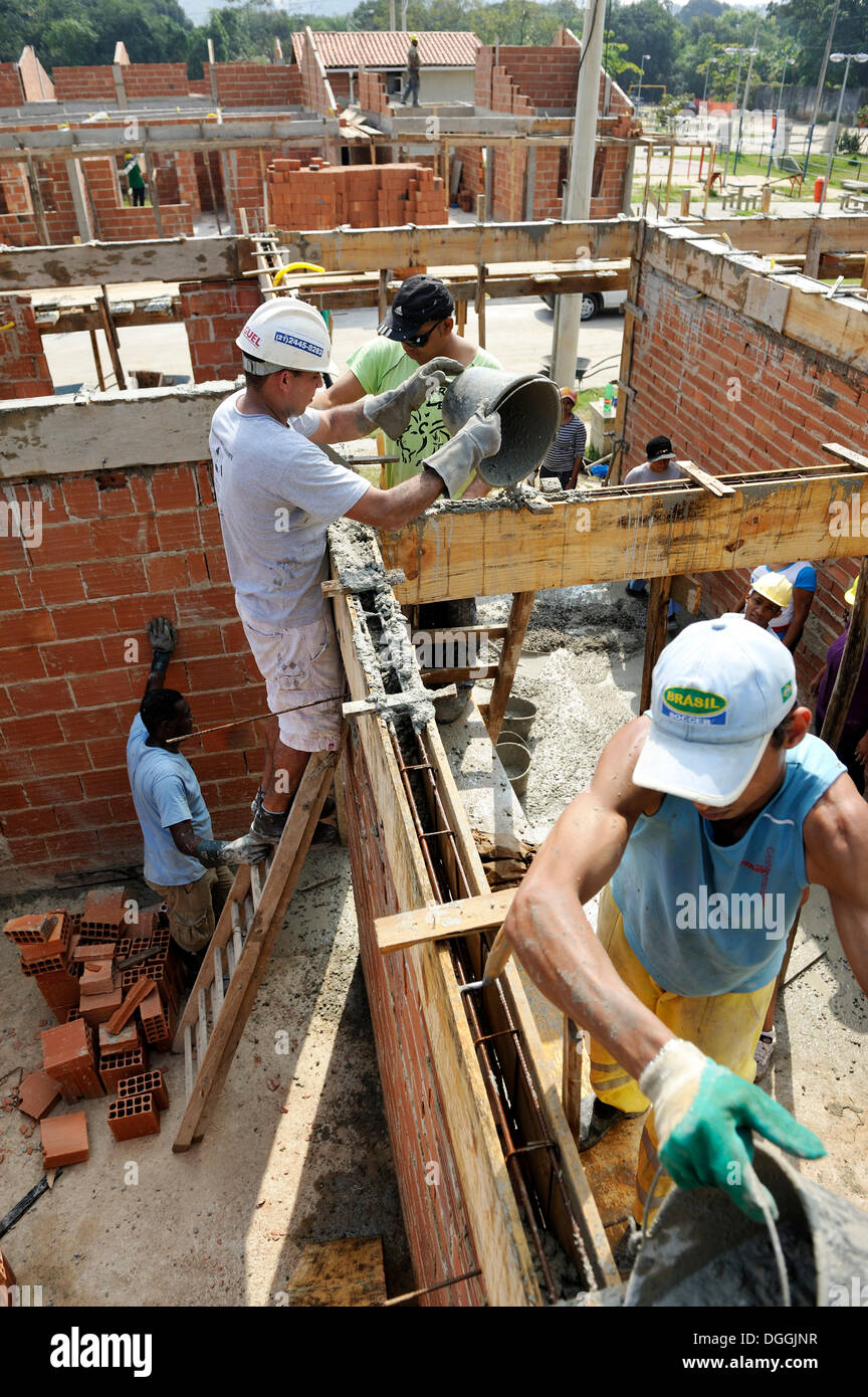 People from the slums, favelas, working together on a construction site of the 'Esperanca' housing co-operative, each family - Stock Image