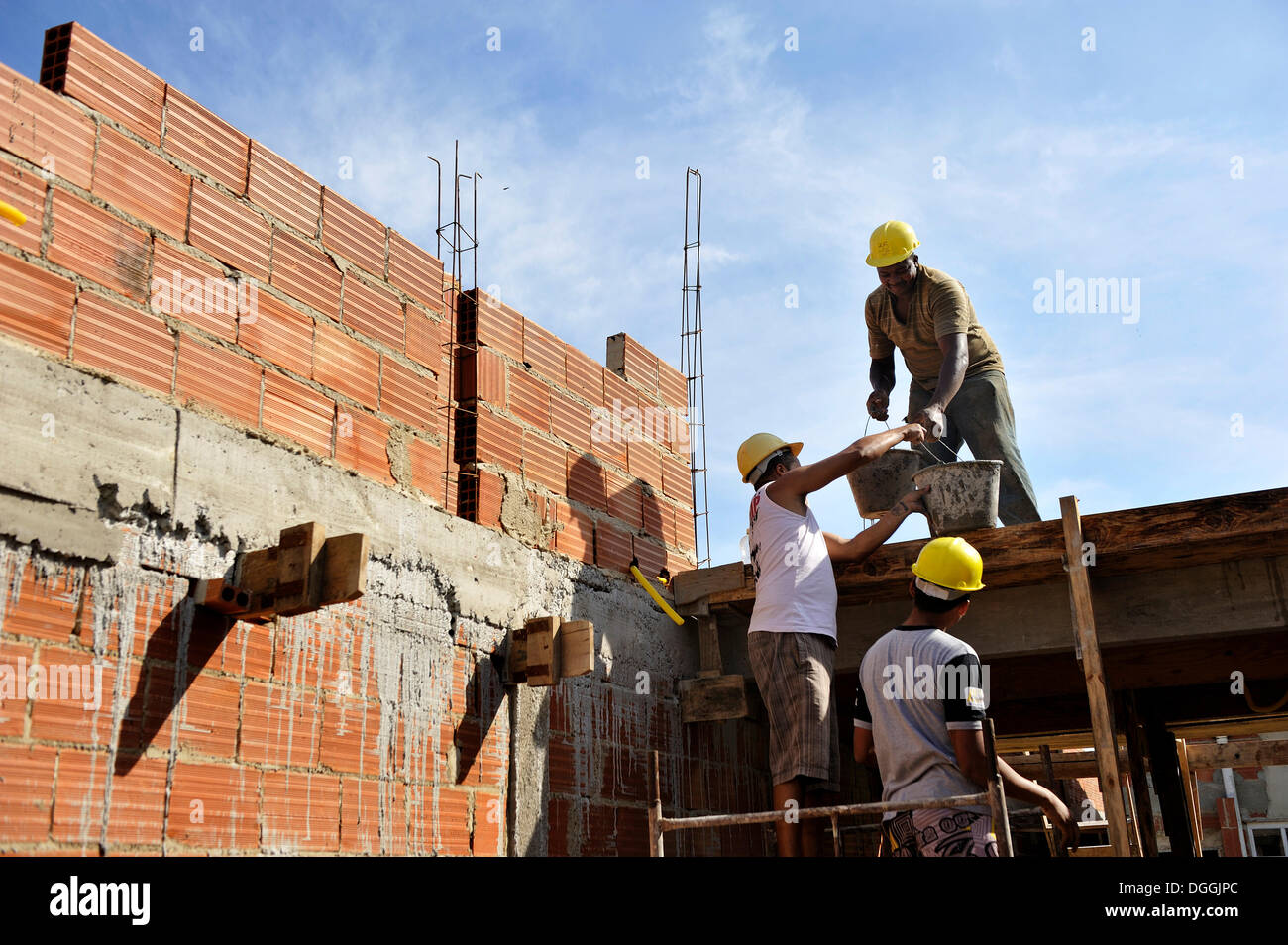 People from the slums, favelas, working on a building site of the 'Esperanca' housing co-operative, each family helping out on - Stock Image