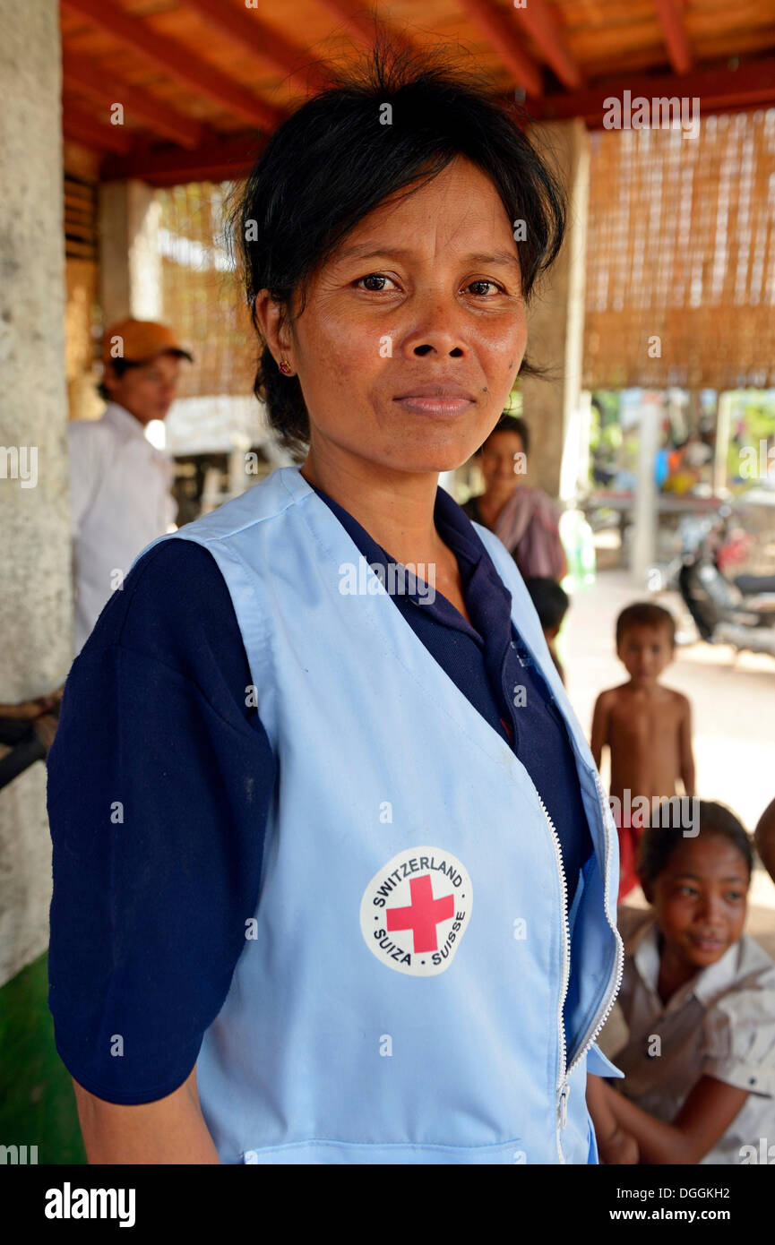 First aid and community health worker wearing a vest of the Red Cross, Tropeng Village, Bathi District, Takéo Province - Stock Image