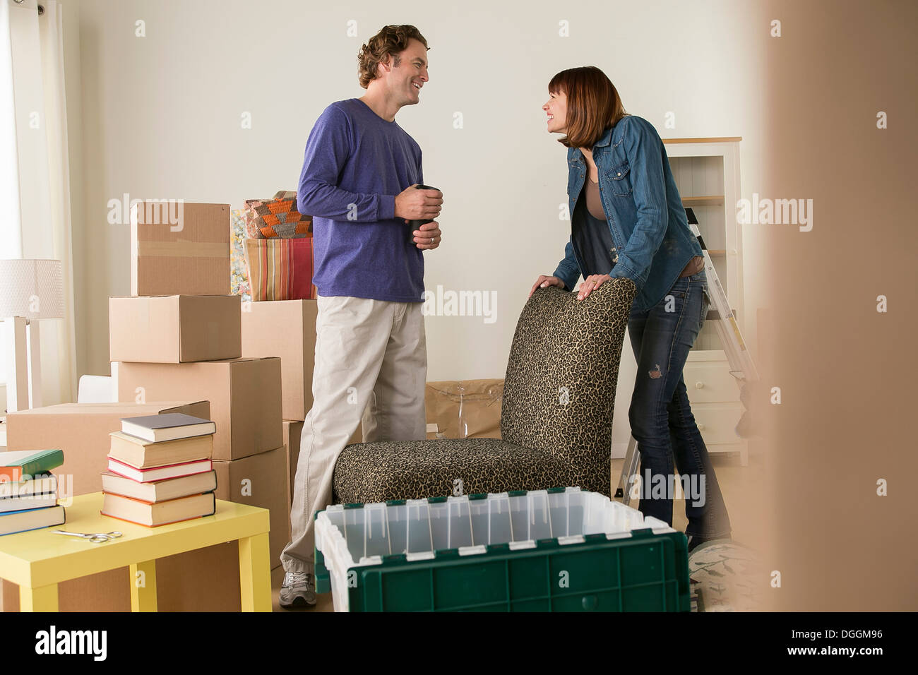 Couple in sitting room during house move - Stock Image