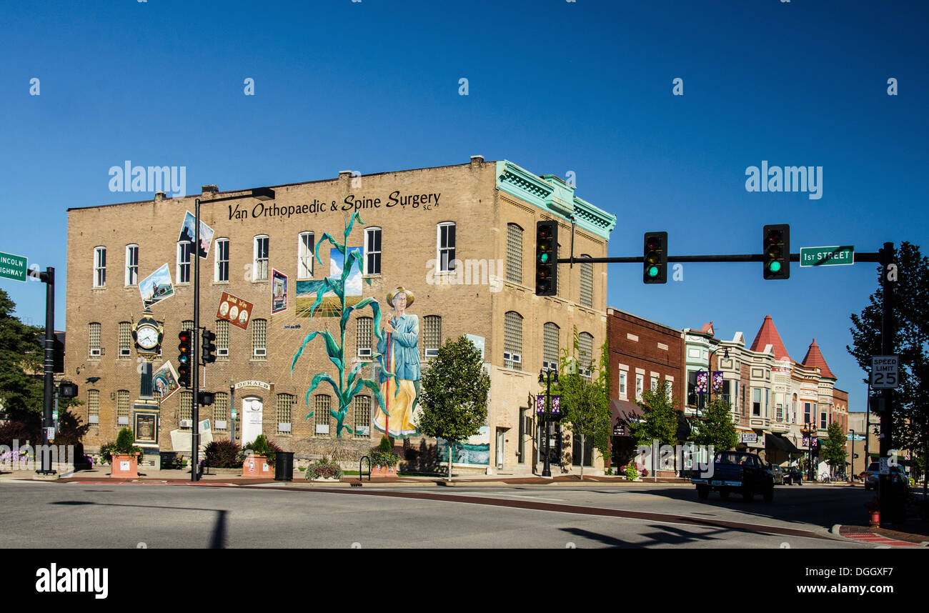 Soldiers and Sailors Memorial Clock and town mural in Memorial Park in DeKalb, Illinois, a town along the Lincoln Highway. - Stock Image