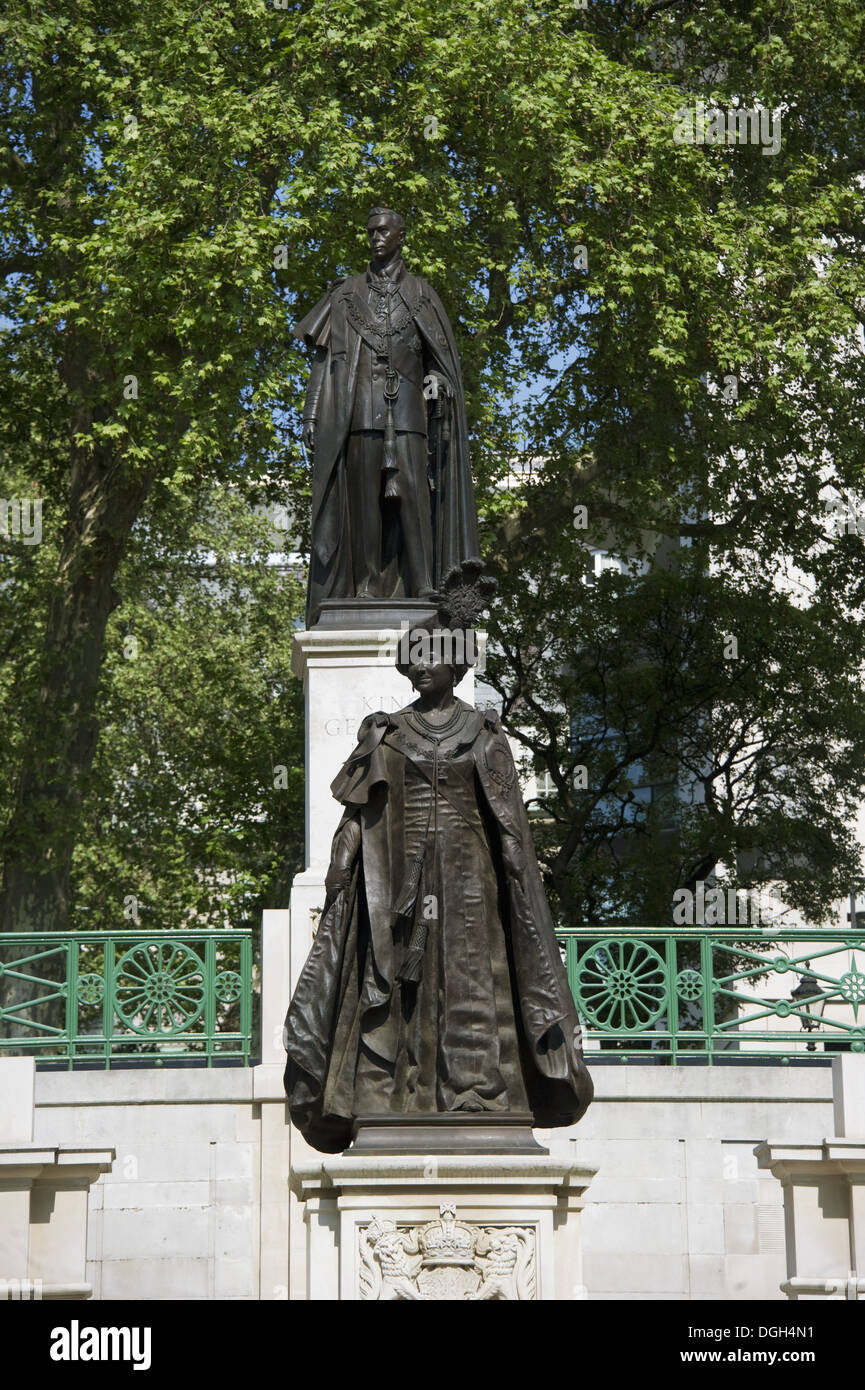 Ordinaire Memorial Statues Of Queen Elizabeth The Queen Mother And King George VI In  Garter Robes Carlton Gardens The Mall City Of