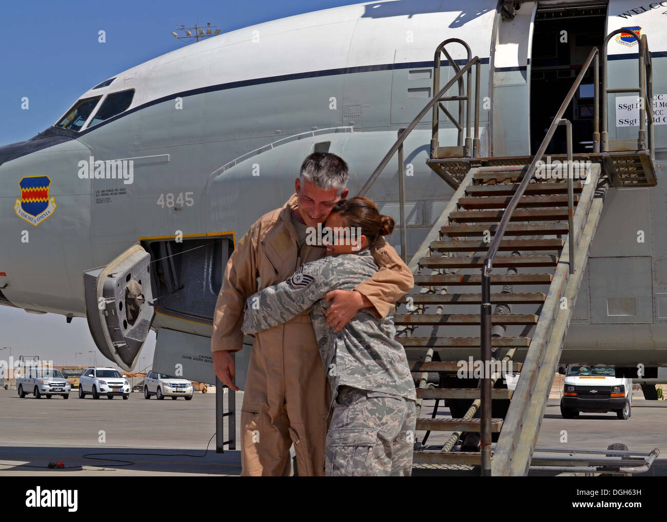 Senior Master Sgt. Timothy Lindell is met by his daughter, Staff Sgt. Kimberly Haithcoat, after his final flight aboard an RC-13 - Stock Image