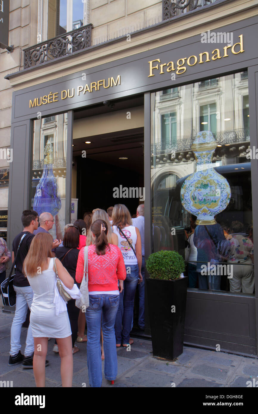 Paris France Europe French 9th arrondissement Rue Scribe Fragonard Perfume Museum Musee du Parfum line queue customers - Stock Image