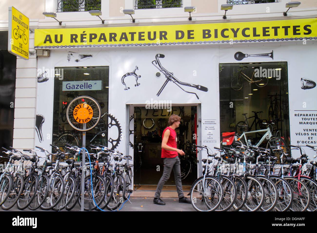 Paris France Europe French 4th arrondissement Boulevard de Sébastopol Au Réparateur de Bicyclettes bicycle repair shop display - Stock Image