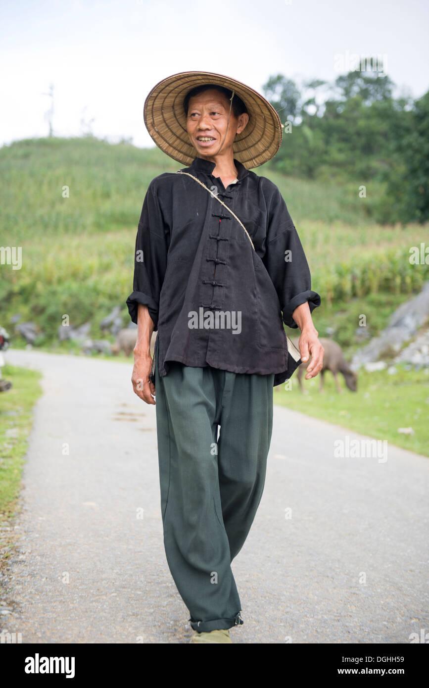 Minority man walk on the hill, Bac Ha, Lao Cai, Vietnam - Stock Image