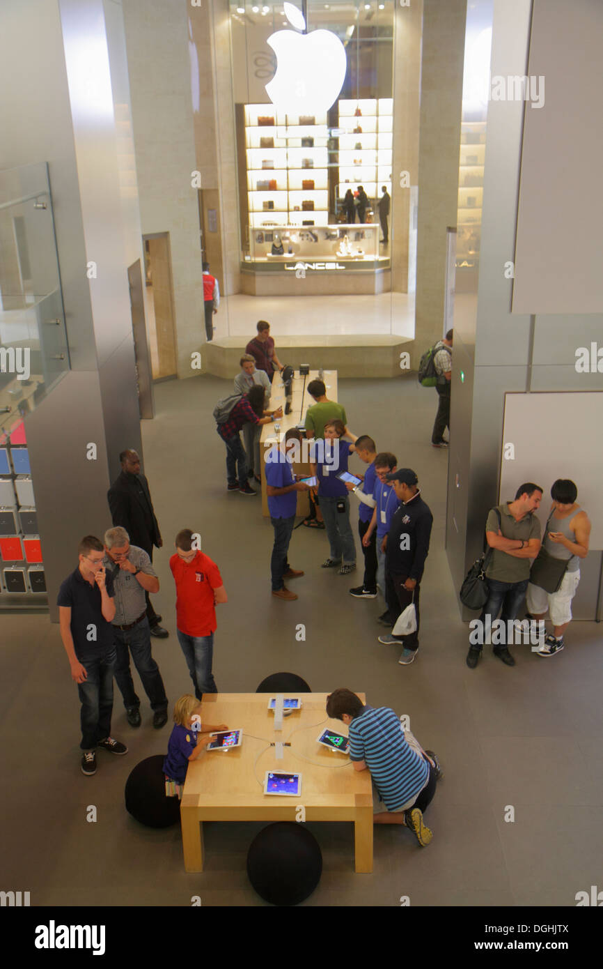 People Using Ipad Apple Store Stock Photos & People Using Ipad Apple ...