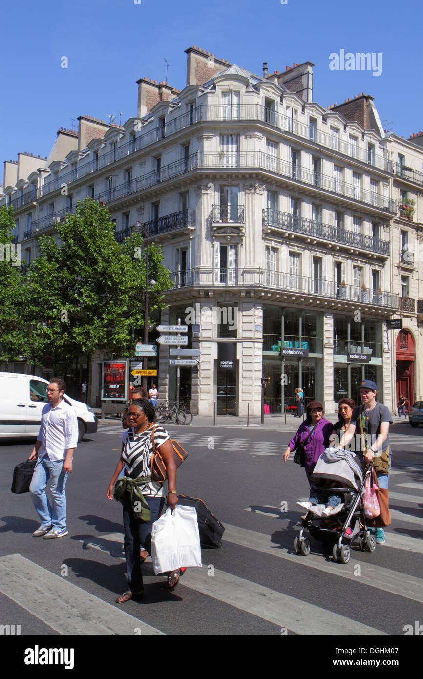 Paris France Europe French 2nd arrondissement Boulevard de Sébastopol pedestrians crossing street Haussmann apartment building B - Stock Image