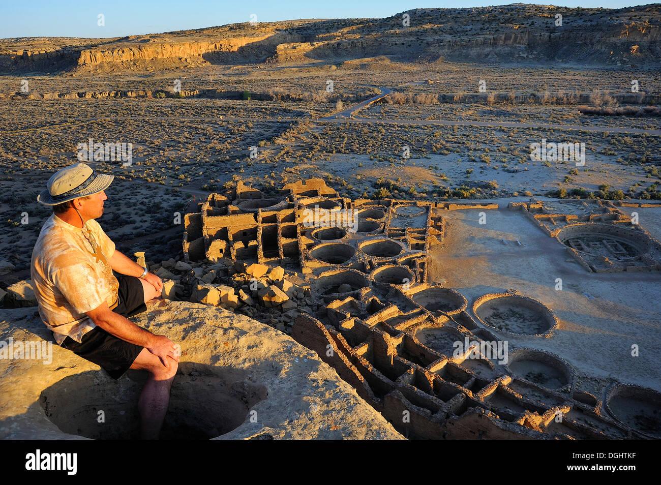 Man enjoying view of Pueblo Bonito, Chaco Canyon National Monument, New Mexico, USA - Stock Image