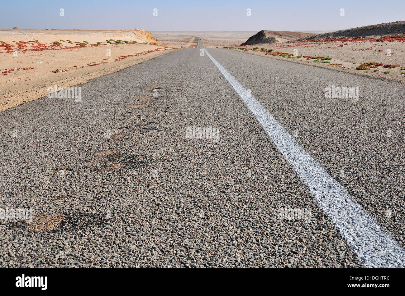 Paved country road in Western Sahara, towards Mauritania, Oued Ed-Dahab-Lagouira region, Morocco - Stock Image