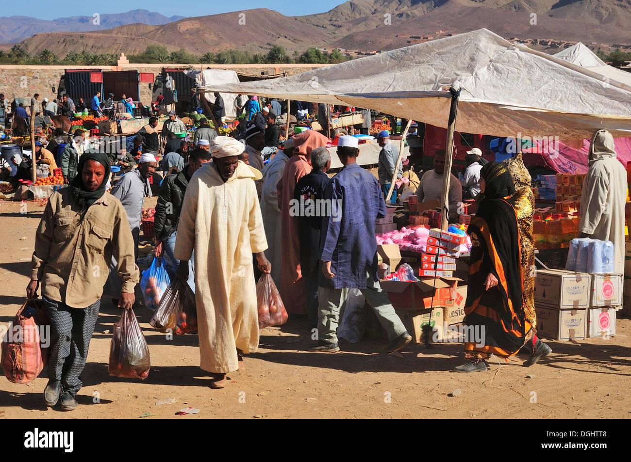 Busy weekly market in Agdz, Draâtal, Agdz, Souss-Massa-Draâ region, Morocco - Stock Image