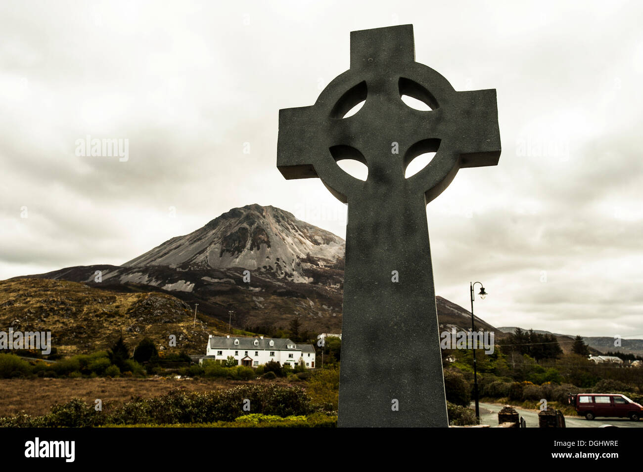 Celtic ross in front of Mt Errigal, Money Beg, County Donegal, Republic of Ireland, Europe - Stock Image