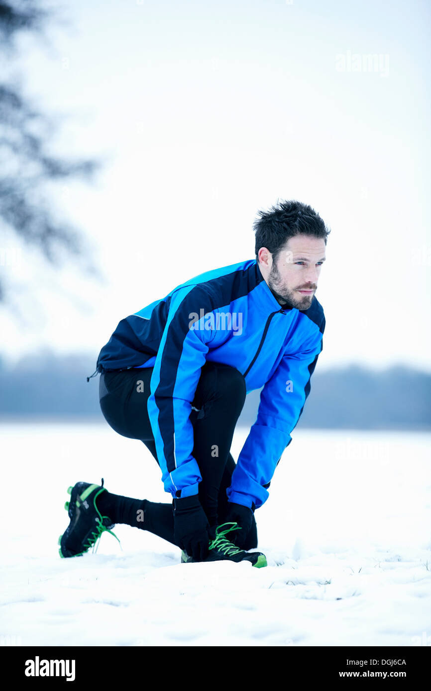 Man preparing for snow run - Stock Image