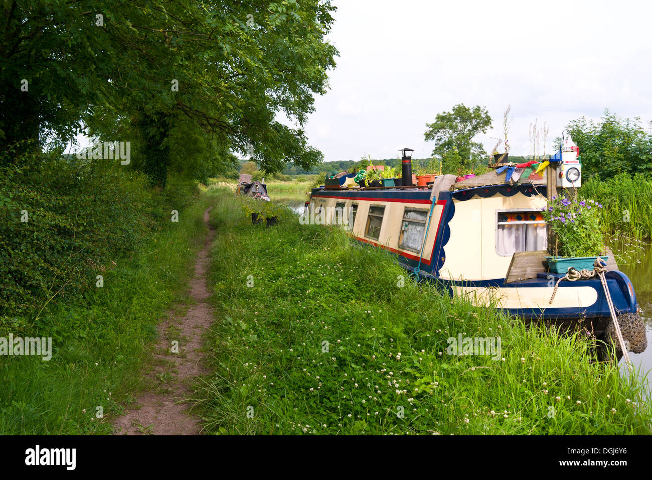 Narrowboats tied up on the Ashby Canal in Leicestershire. - Stock Image