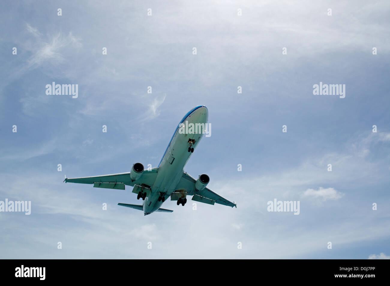 KLM passenger jet coming into land at Flamingo Airport. - Stock Image