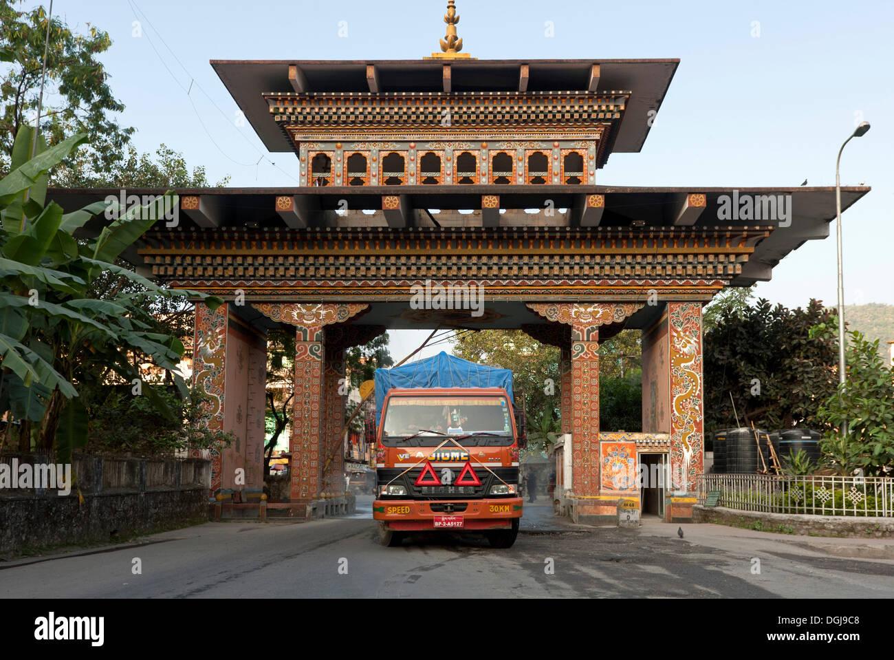Truck of a Bhutanese transport company crossing the border through the Bhutan Gate, Gate of Bhutan, from Jaigoan, West Bengal - Stock Image