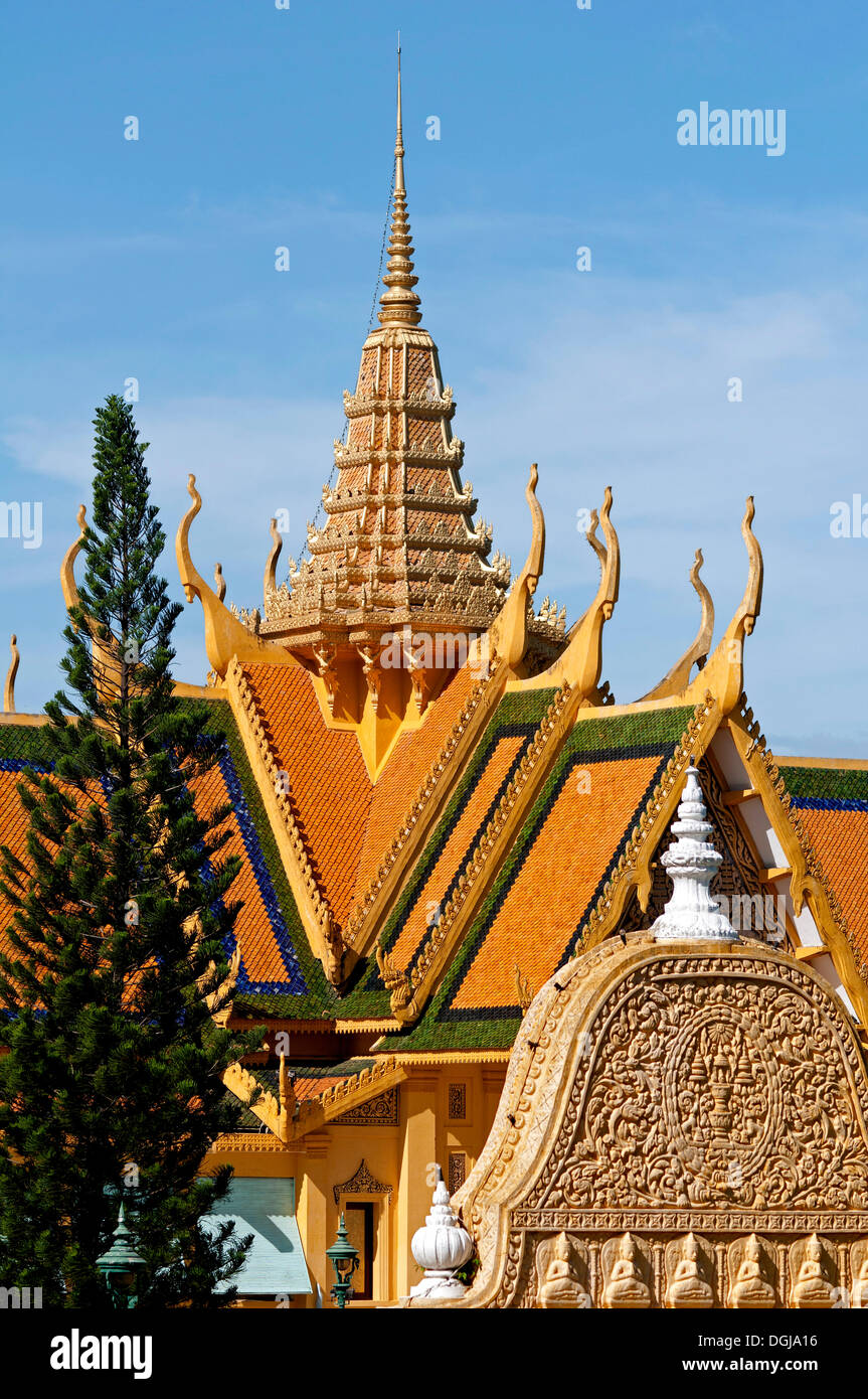View towards the tower of Khemarin Palates, Prasat Khemarin, which serves as the residence of the King of Cambodia - Stock Image