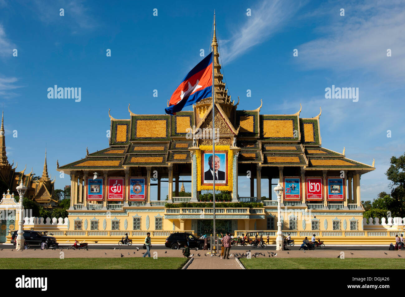 Moonlight Pavilion, Chan Chaya Pavilion, Royal Palace, with the portrait of the deceased King Norodom Sihanouk and the national - Stock Image