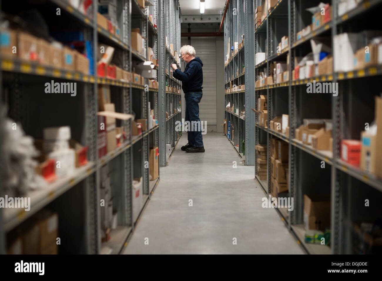 Male warehouse worker searching for item - Stock Image