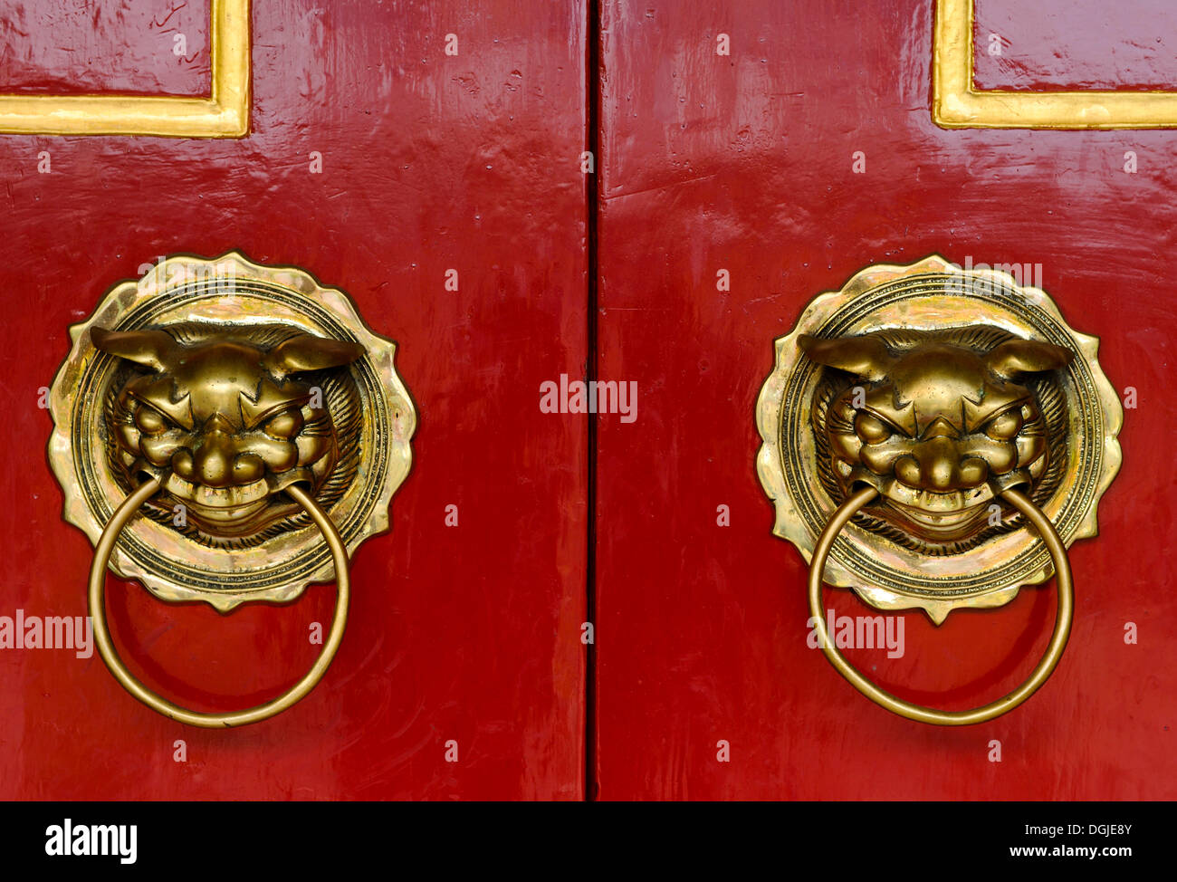 Red doors with lions as door knockers, Phuc Kien Assembly Hall of the Chinese from Fujian, Hoi An, Vietnam, Southeast Asia - Stock Image