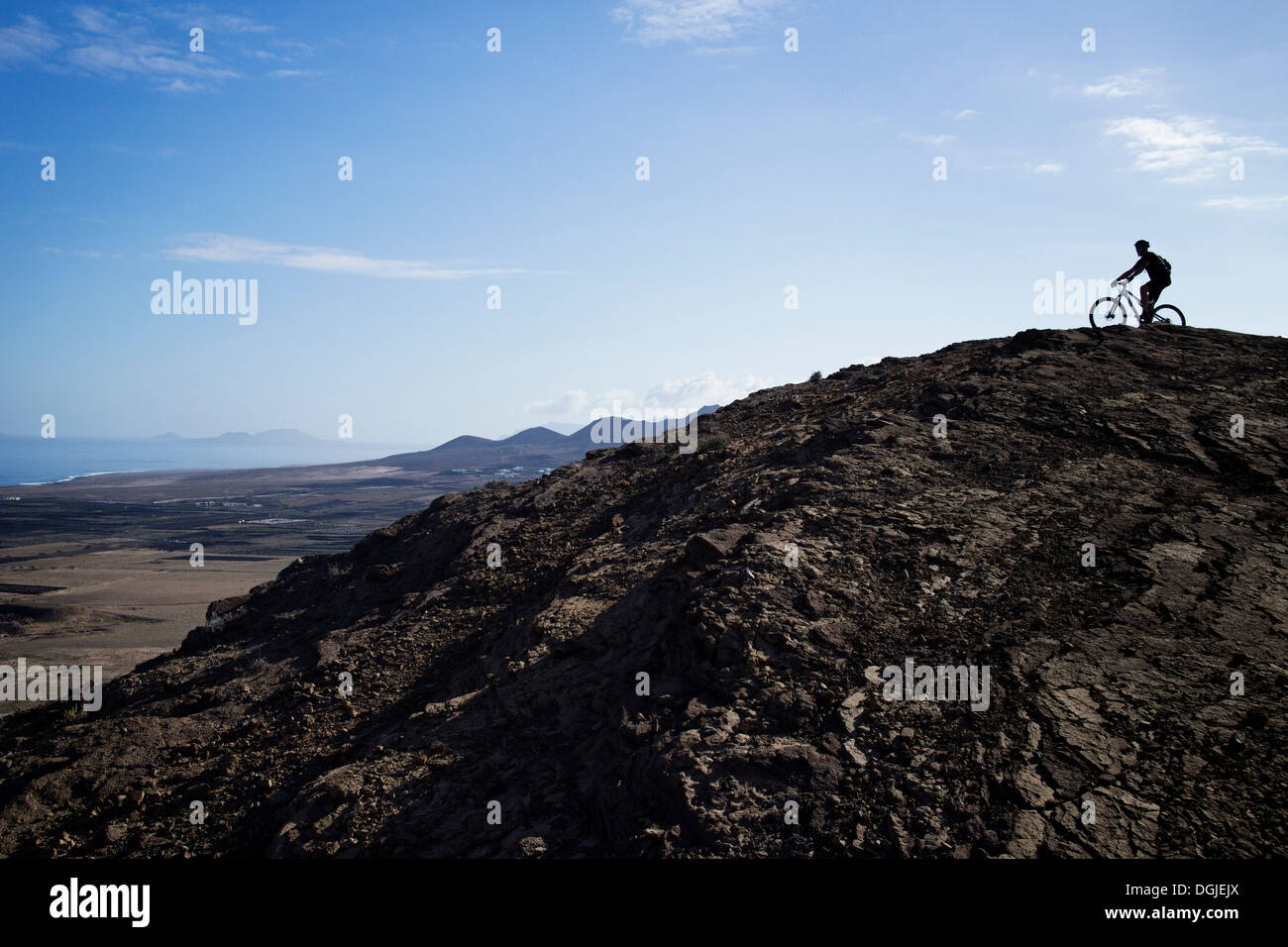 Man mountain biking, Pica del Cuchillo, Lanzarote - Stock Image