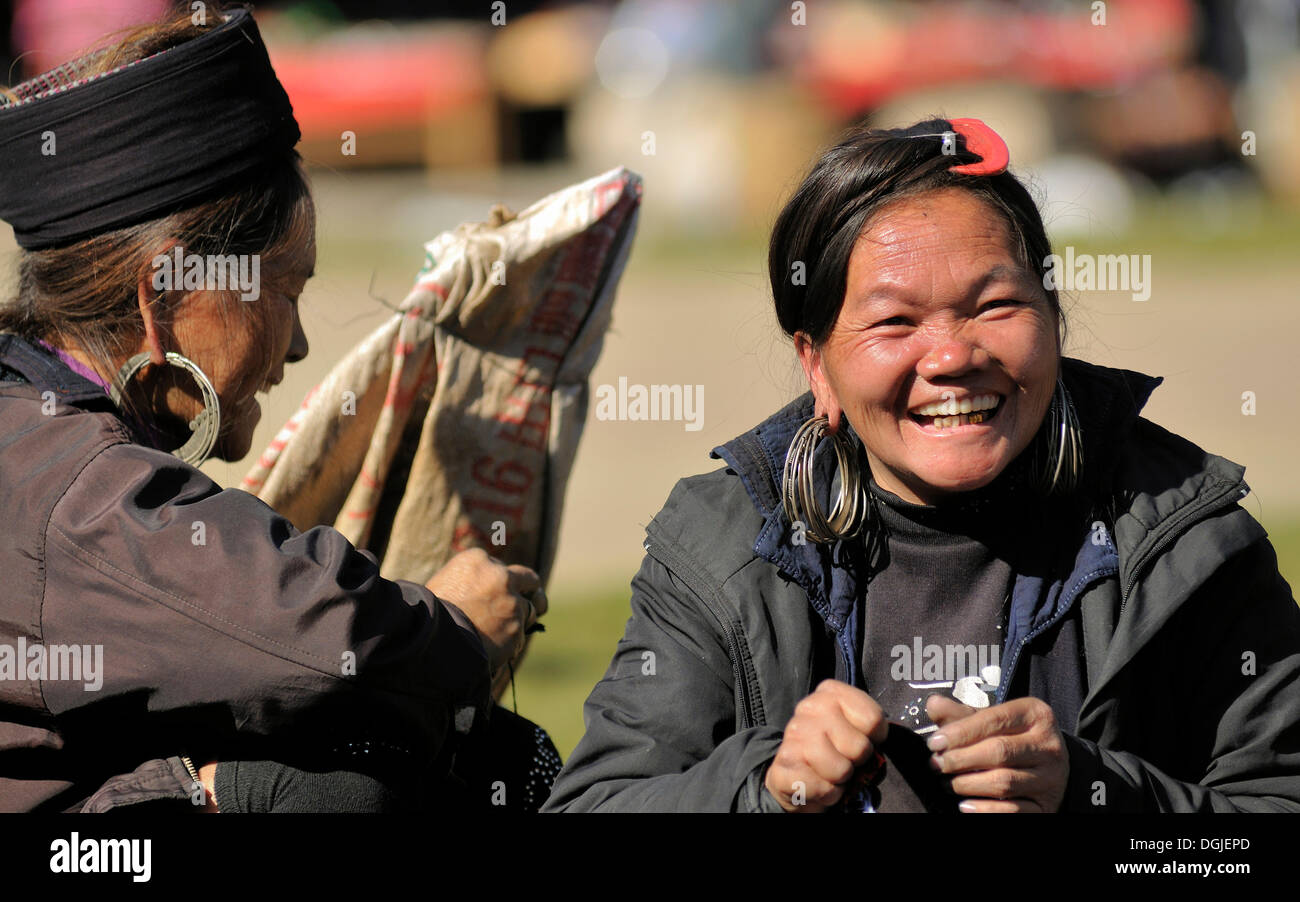 Women at the market of Sa Pa or Sapa, Black Hmong ethnic minority group, North Vietnam, Vietnam, Asia - Stock Image