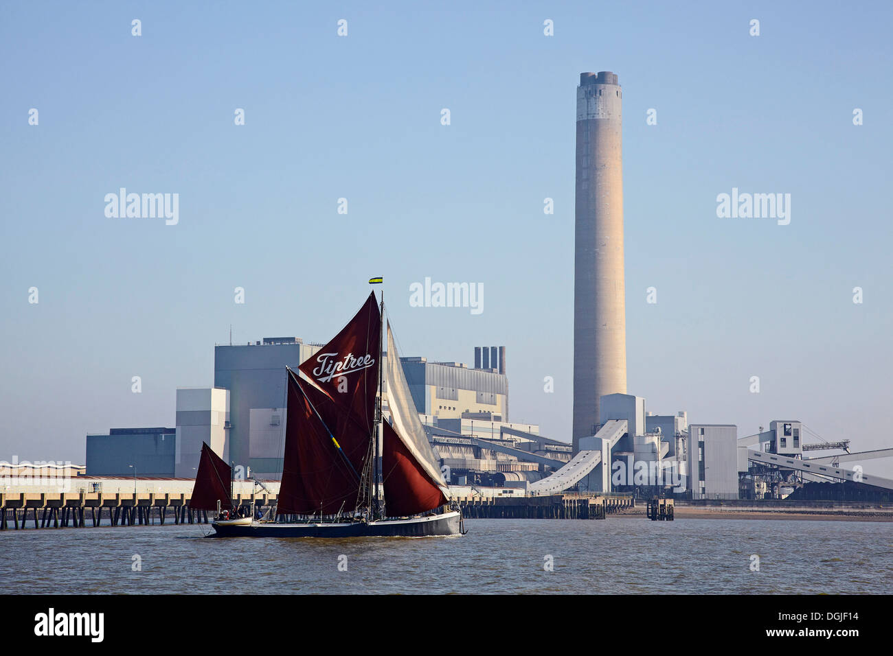 Saling barge Decima passes Kingsnorth Power station on the River Medway. - Stock Image