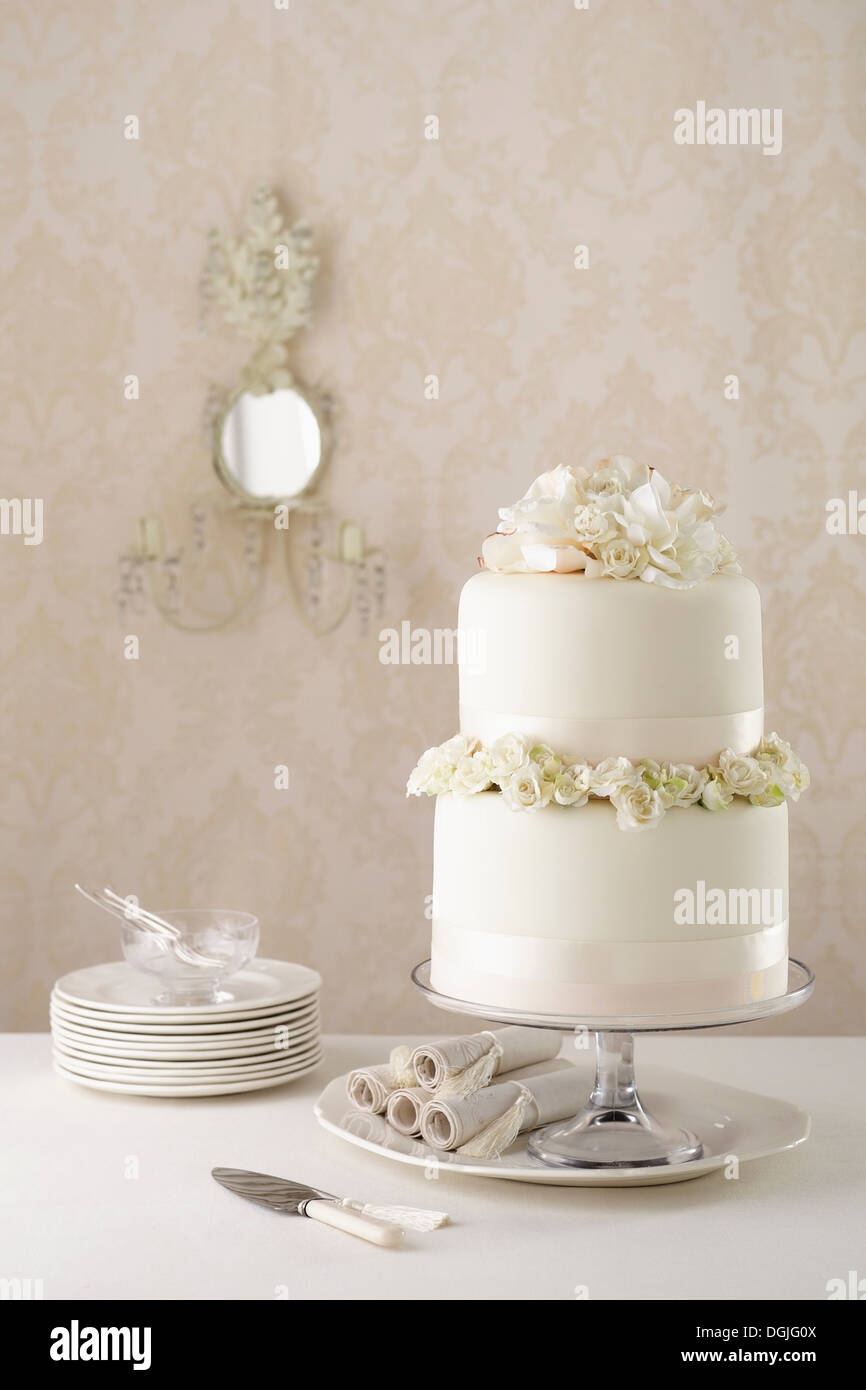 Two Tier Wedding Cake Stock Photos & Two Tier Wedding Cake Stock ...