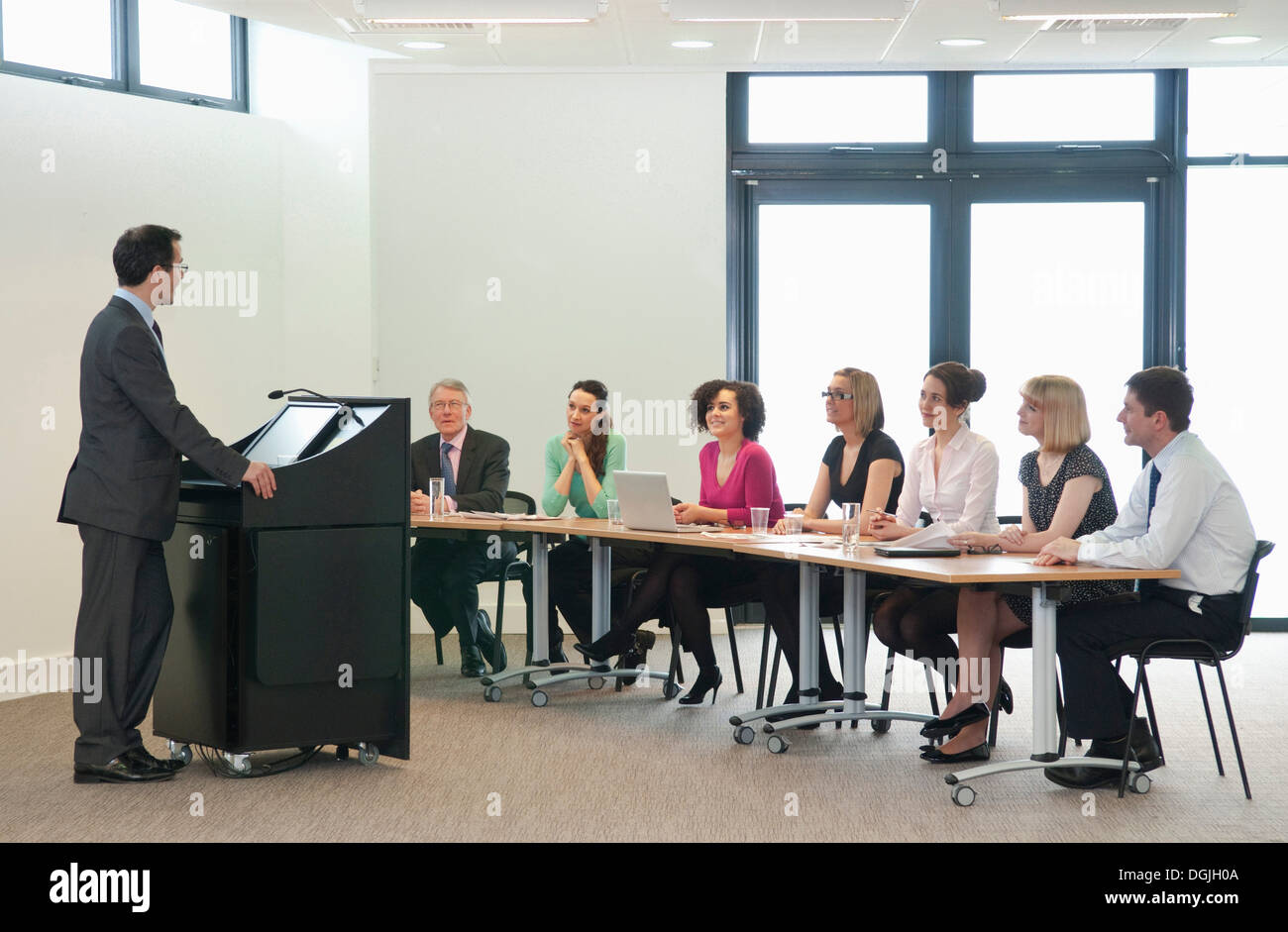 Presenter speaking to group of colleagues - Stock Image