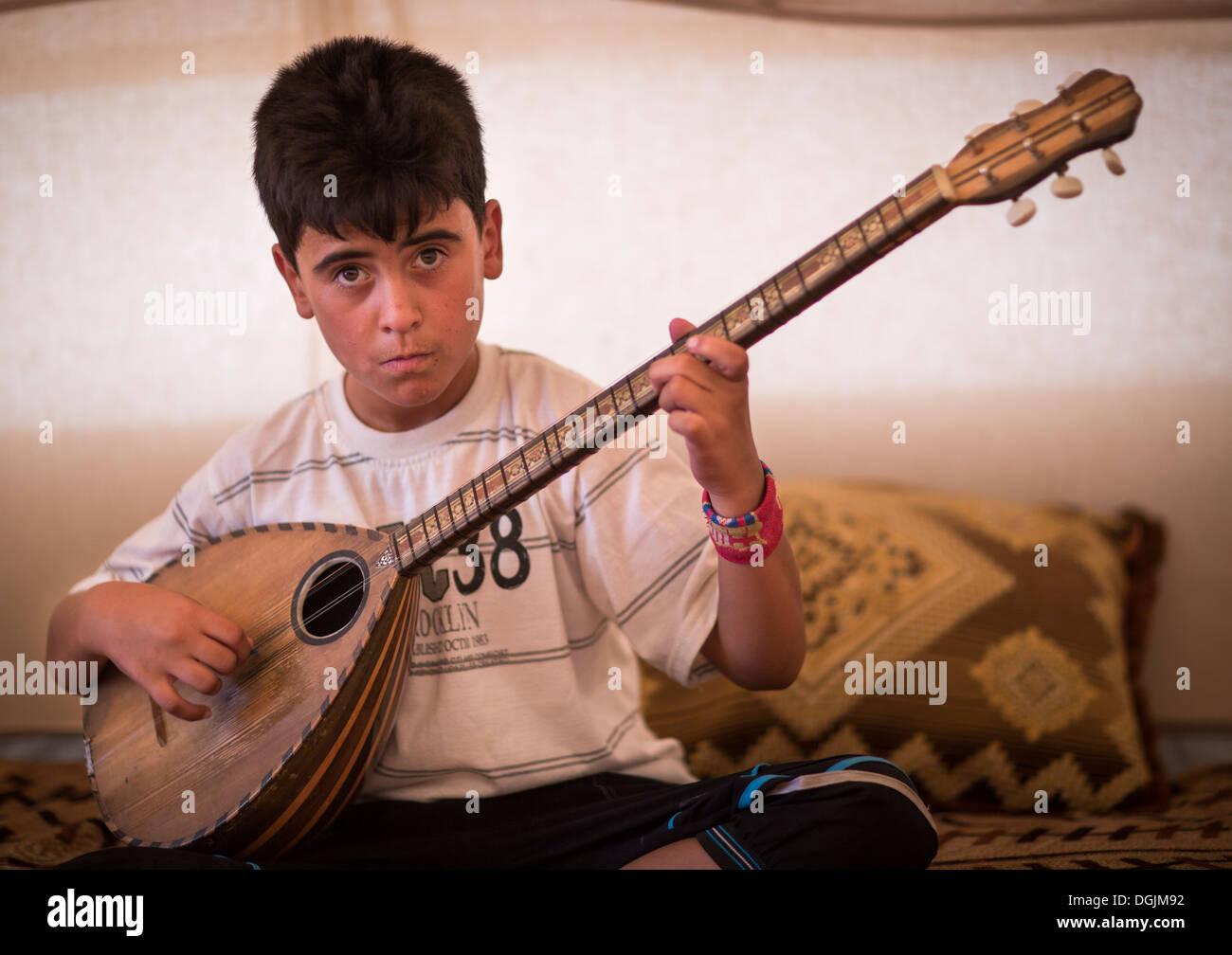 Dylan, A Blind Syrian Refugee Playing Saz, Erbil, Kurdistan, Iraq - Stock Image