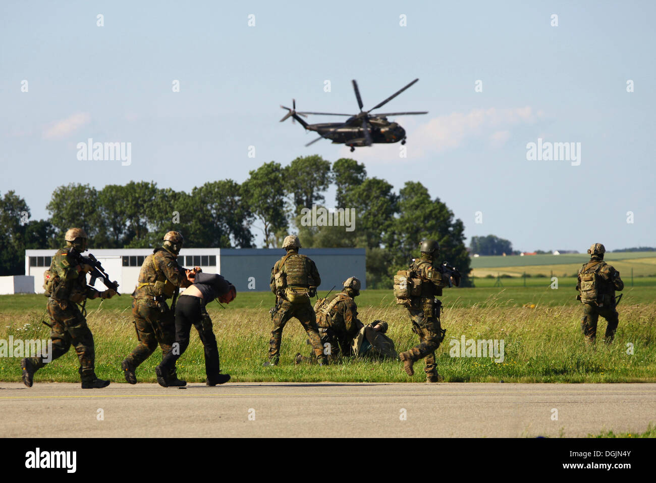 Terrorists are being arrested, a demonstration of Germany's KSK Special Forces with an SOF helicopter, Laupheim - Stock Image
