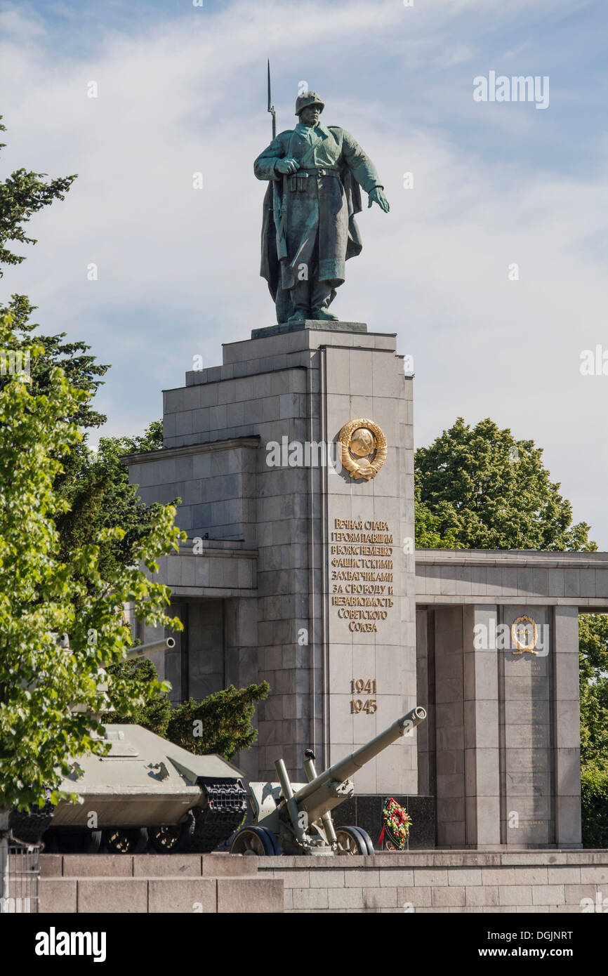 Soviet War Memorial to commemorate conquering Berlin in World War II, with a howitzer and a T-34 tank, Berlin, Berlin, Germany - Stock Image